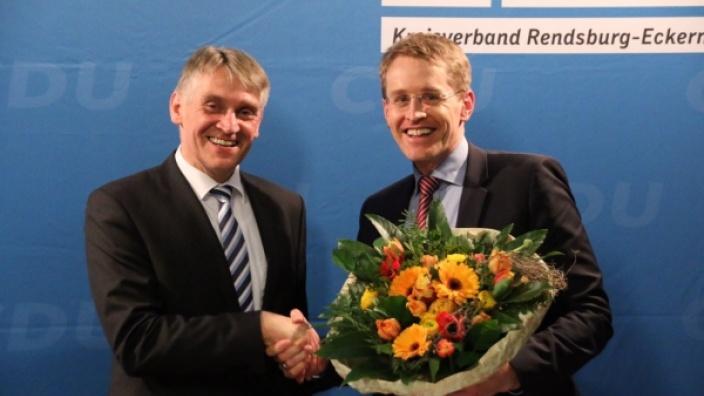 Daniel Günther (re.) gratuliert Hans Hinrich Neve zur Nominierung für den Wahlkreis 10
